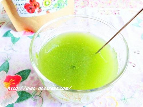 水でシェイクするときれいなグリーン色に!